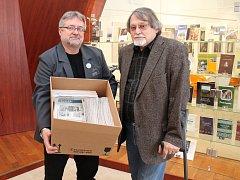 Ředitel muzea Jaroslav Martínek drží krabici s archivem, převzal ji od vedle stojícího Jana Dočekala.