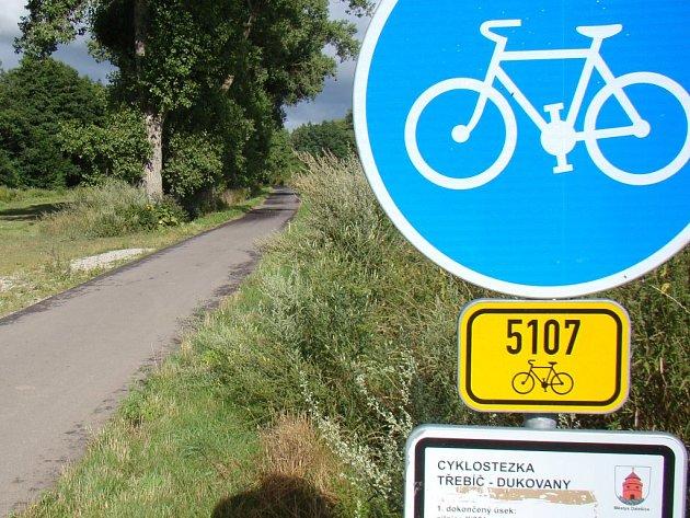 Jediný úsek z plánované cyklostezky Třebíč Dukovany stojí u Dalešic. Z městyse míří k rybníku Bezděkov.