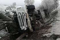 Dopravní nehoda nákladního auta zkomplikovala dnes ráno dopravu u Moravských Budějovic. Kamion boural u obce Lažínky v místě, kde začíná obchvat Moravských Budějovic.