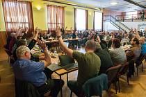 Veřejné zasedání zastupitelů města Jaroměřice nad Rokytnou o vyhlášení referenda kvůli možnému vybudování úložiště jaderného odpadu.