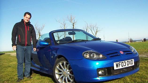 Tomáš Németh si svůj MG TF 160 dovezl přímo z Anglie. Vůz vyrobený v roce 2003 má tudíž i originální pravostranné řízení.