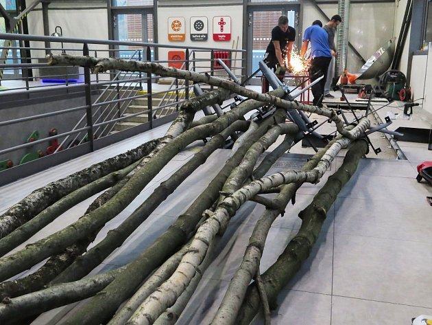 V Ekotechnickém centru Alternátor vzniká les. Kmeny budou stylizovat lesní porost, v němž bude pomocí infotabulí znázorněn koloběh oxidu uhličitého.