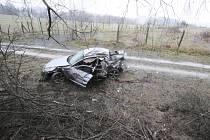 Auto havarovalo mezi Náměští nad Oslavou a obcí Vladislav.
