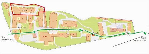 Plánek ukazuje, kudy musí řidiči nově jet, aby se dostali ven zareálu třebíčské nemocnice. Výjezd se přesouvá směrem ke Sportovní ulici.