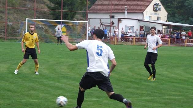 Vladislav (ve žlutém) doma vyprovodila poslední Opatov deseti góly.