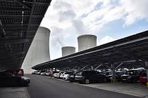 Parkoviště, které zároveň funguje jako fotovoltaická elektrárna postavili v areálu Jaderné elektrárny Dukovany