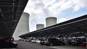 Nové parkoviště v EDU se solárními panely.