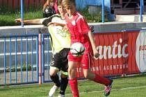Mladší dorostenci HFK Třebíč (v červeném) po většinu času utkání Vrchovinu přehrávali.