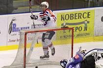 Třebíčský útočník Patrik Matov (za brankou) pomohl svému týmu k vítězství nad Kolínem hattrickem.