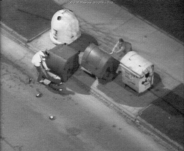 Jedno z ok kamerového systému zachytilo vandaly na sídlišti Hájek.