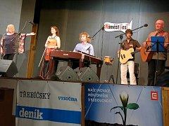Skupina Javory v tradičním obsazení (cimbál, housle, kytara, basa a vokály) představila průřez svou tvorbou za těch mimořádně plodných 50 let společného hraní.