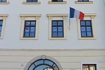 Francouzská vlajka na třebíčské radnici.