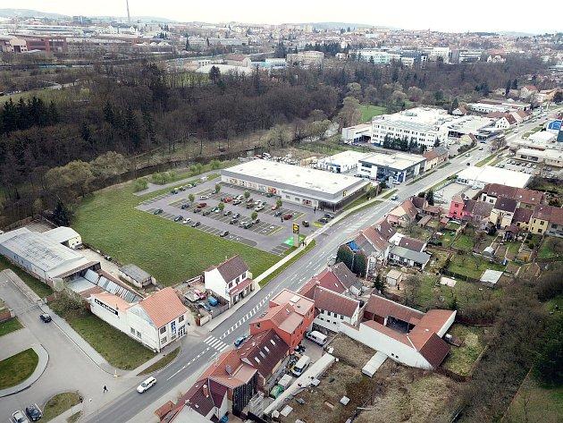 Vizualizace ukazuje pohled z výšky, jak bude vypadat  území v Brněnské ulici, na němž vyroste prodejna Lidlu.