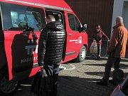 Devítimístný vůz za 768 tisíc korun má přídavný vyjíždějící schůdek, který umožní bezpečnější nástup i výstup hůře se pohybujícím klientům.