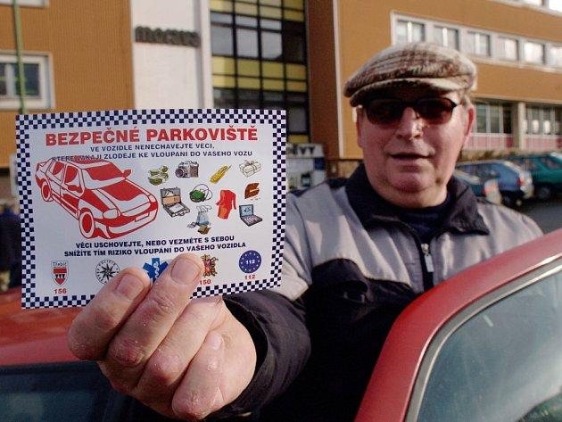 Jeden z řidičů ukazuje na parkovišti před obchodním doměm Morava kartičku, kterou dostal od dvojice studentů.