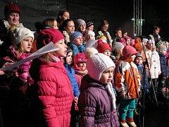 Pod vánočním stromem na Karlově náměstí zpíval koledy pěvecký soubor Slunko pod vedením Heleny Noskové. Notovat si s nimi přišlo asi 250 dalších lidí.