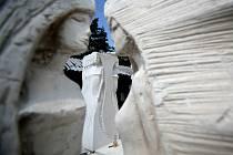 Kámen už v sobě sochu obsahuje předtím, než sochař vezme do ruky nástroj. Sochařovým úkolem je rozpoznat ji a svými tvůrčími pohyby ji z celku vyprostit.