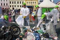 Studenti třídí odpad.