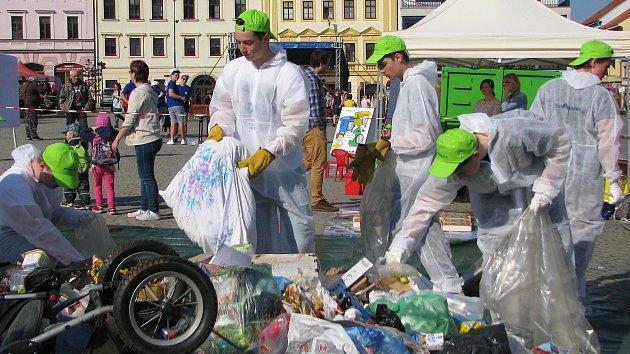Lidé vyhodí do popelnic vratné lahve i kočárek