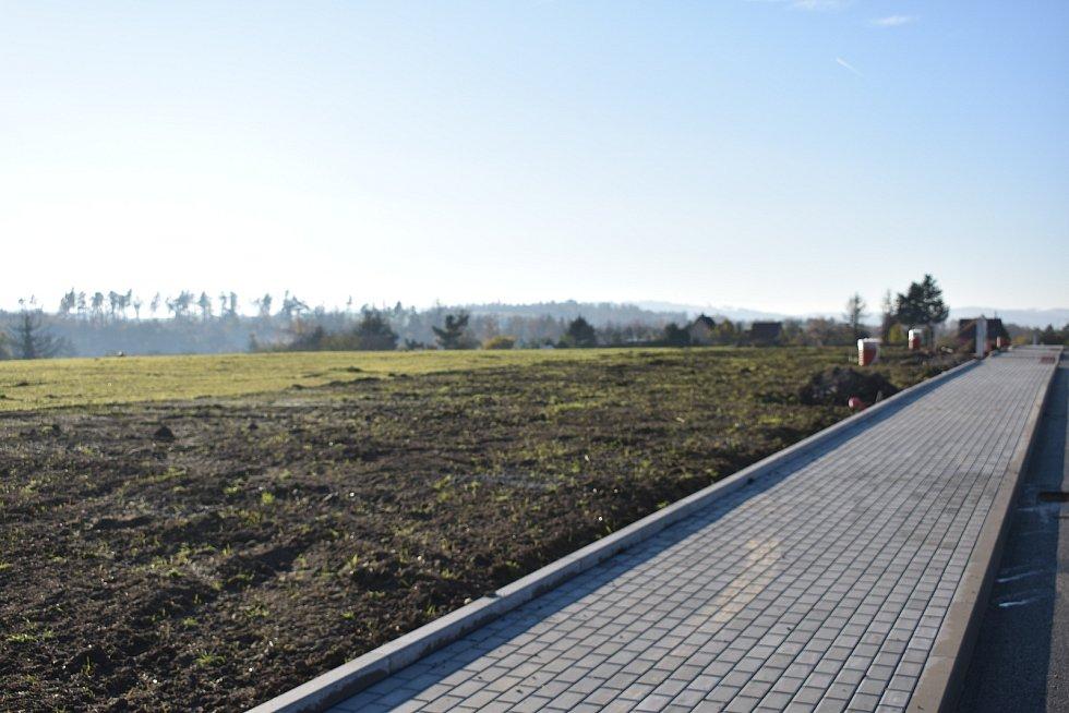 Snímky dokončovacích prací. Teď už je v lokalitě za poliklinikou Vltavínská připravených nových dvaačtyřicet parcel určených pro rodinné domy.