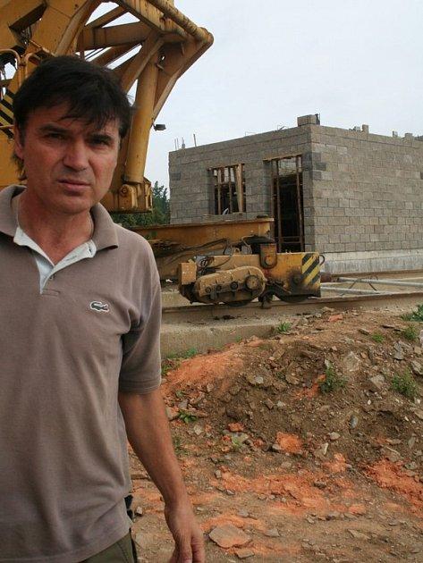 Myšlenka postavit rozhlednu je roky stará. Jaroslav Pysk s potěšením sleduje, jak se dílo daří. Už příští léto se lidé pokochají pohledem na okolí Bítova z výšky třiceti metrů.