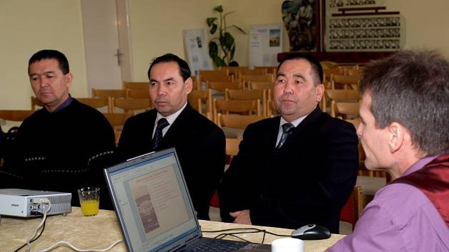 Tříčlenná delegace z asijského Uzbekistánu navštívila včera Střední veterinární, zemědělskou a zdravotnickou školu.  Pedagogové se zajímali mimo jiné o využití internetu při výuce nebo začleňování postižených žáků.