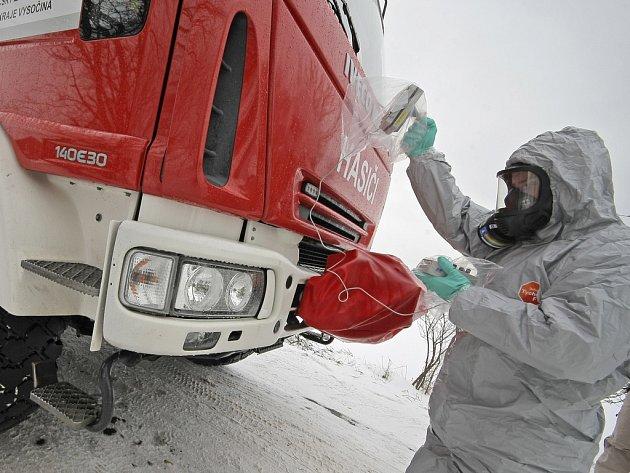 Druhý den cvičení ZÓNA 2013 bylo nedaleko Kožichovic na Třebíčsku zřízeno dekontaminační stanoviště. Následuje měření radioaktivního záření.