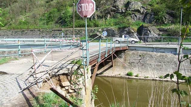 Mostu u Vladislavi ublížila nedávná uzavírka silnice z Třebíče do Vladislavi. Cestu si přes něj krátili hlavně místní, ale bohužel i náklaďáky a autobusy.