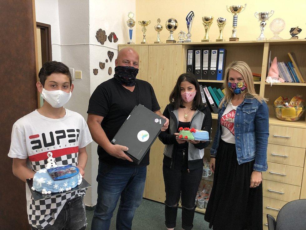 Ředitel DD v Jihlavě (druhý zleva) měl radost ze čtyř notebooků a děti si pochutnaly na dortech