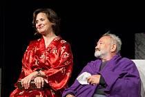 Veronika Freimanová a Rudolf Hrušínský v nejnovější inscenaci divadelní hry Neila Simona Bosé nohy v parku.