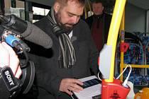 USB a wi-fi v autobusech někteří místní považují za zbytečné. Radnice tím ale vychází vstříc žákům a studentům, které chce v městské dopravě udržet.