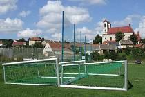 Ze smrti chlapce, na kterého spadla letos v srpnu na hřišti v Přibyslavicích na Třebíčsku fotbalová branka, se budou zpovídat tři jednatelé klubu, jemuž sportovní areál patří.