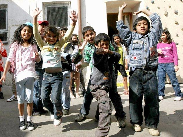 Mezi zařízení, které pomáhá v rámci Oblastní charity Třebíč je i Ambrela Komunitní centrum pro děti a mládež. Převážně romským dětem pomáhá už od roku 2000.