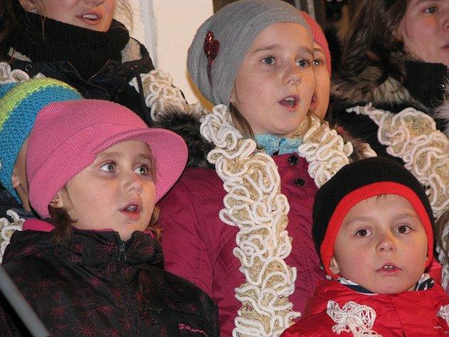 Pět koled a několik dalších vánočních písní a také básní přednesly v podvečer děti z pěveckého sboru Slunko. Přidalo se k nim  i několik dalších z publika. V židovské čtvrti v Třebíči tak zpívalo asi 260 lidí.