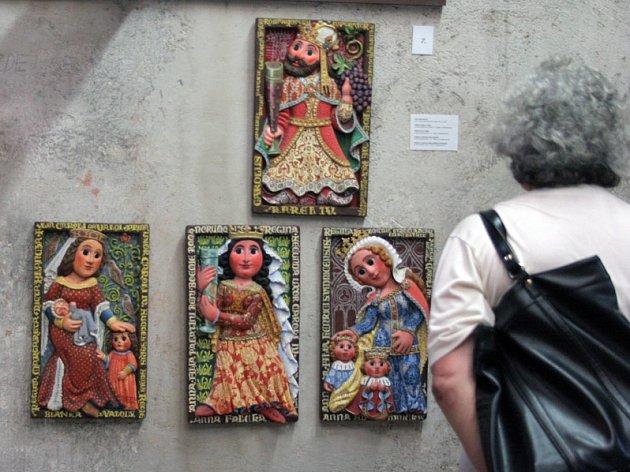Výstava dřevořezeb Jarmily Haldové.