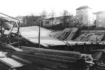 Zřícená střecha zimního stadionu v Třebíči.