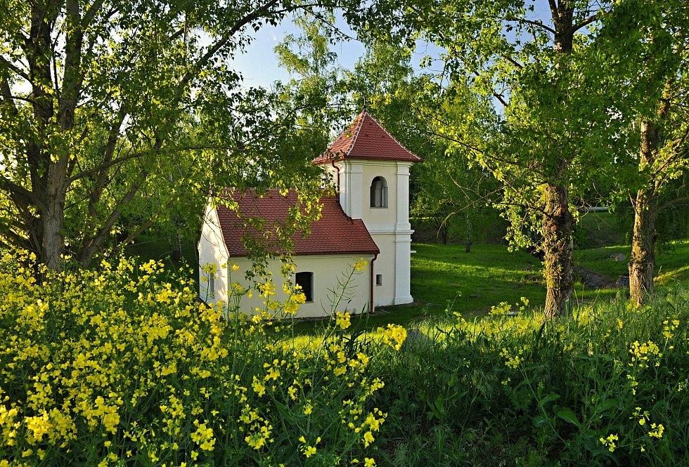 Kaplička v Heřmanicích, zaniklé obci, kterou museli obyvatelé opustit kvůli stavbě Jaderné elektrárny Dukovany