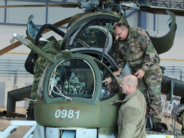 Rus, Američan či Íránec. Vojenští a letečtí přidělenci si prohlédli letiště