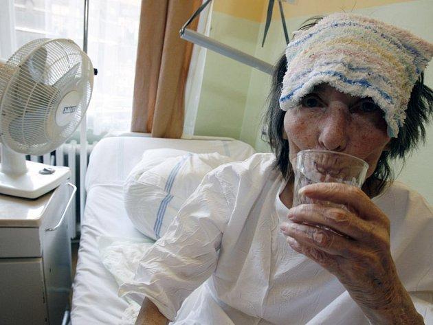 Hospitalizovaní lidé musejí hlavně pít, větrat v současném horkém počasí nemá smysl.
