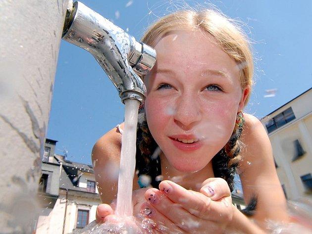 Stařeč má málo vody, obyvatelé na upozornění nedbají.