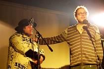 Josef Polášek, který do Třebíče jezdí rád, si moderování večera užíval. Opravdu žijící básník Pavel Herot byl zárukou, že publikum se bude dobře bavit.