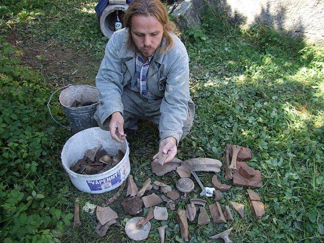 Archeolog Knotek ukazuje jeden z úlomků keramiky, které byly nalezeny u hradeb baziliky sv. Prokopa.