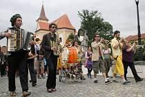 Dechovka není na Folkových prázdninách v Náměšti ničím výjimečným. Třeba v roce 2011 vedli průvod na zámek němečtí hudebníci Schnaftl Ufftschik.