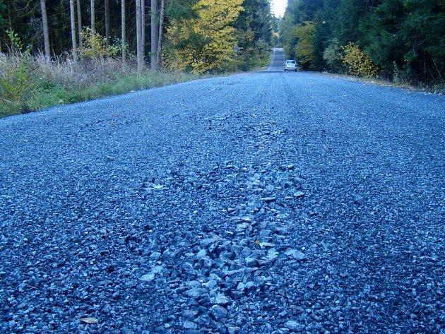 Povrch silnice nedrží pohromadě.