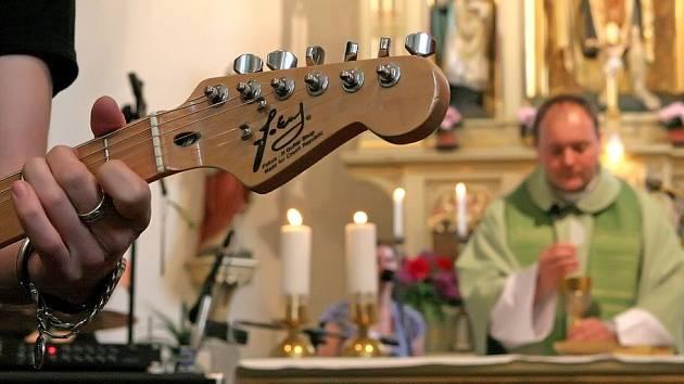 Farářovo nedělní kázání doplňovala svou hudbou lanškrounská rocková kapela Michael.