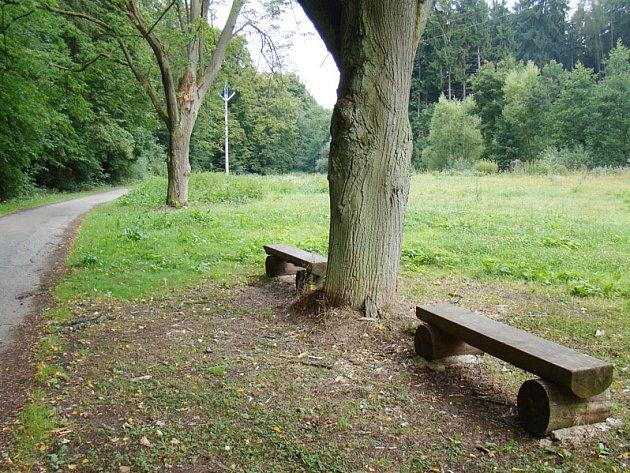 Místo skládky je louka s lavičkami.
