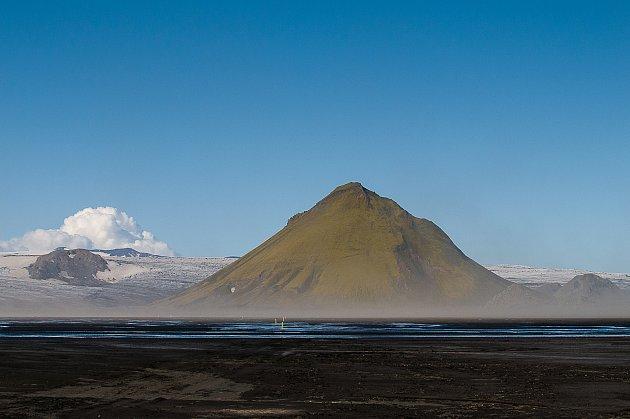 15. Mně osobně se tahle zkušenost zatím vyhnula, ale byl jsem svědkem situace, kdy před mýma očima kría takhle sekla do hlavy Islanďanku, která provázela skupinku turistů po ostrově Vigur. Chvilku před tím povídalo otomto nebezpečí – inu, život je takový