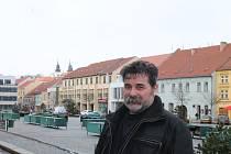 1. Ján Chren žije v Třebíči a nezapře v sobě původní domovinu, Slovensko. Však se mu slovenština stále vkrádá do vět. Do Třebíče přišel ze Zlatých Moravců v roce 1981. Uplatnil se tehdy při stavbě Jaderné elektrárny Dukovany jako svářeč s výjimečnou speci