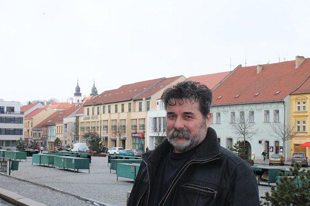 1. Ján Chren žije vTřebíči a nezapře vsobě původní domovinu, Slovensko. Však se mu slovenština stále vkrádá do vět. Do Třebíče přišel ze Zlatých Moravců vroce 1981.Uplatnil se tehdy při stavbě Jaderné elektrárny Dukovany jako svářeč svýjimečnou speci