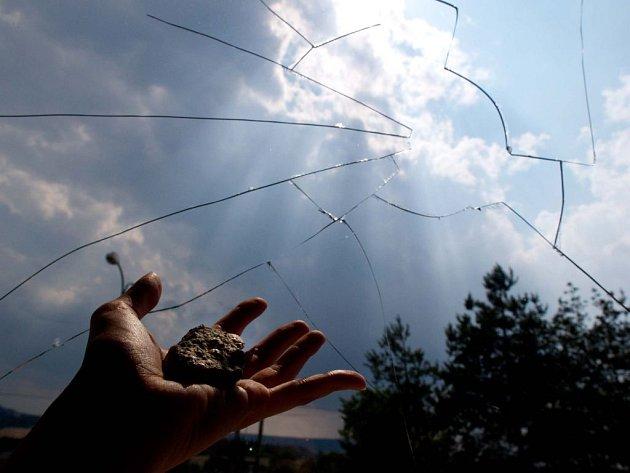 Žena sepsala petici. A kámen jí rozbil okno.
